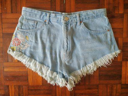 Short jeans with flower design