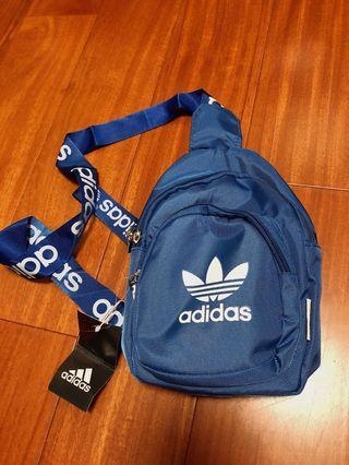 全新 愛迪達 adidas 三葉草 藍色 基本 logo 串標 小包 包包 側背包 胸背包
