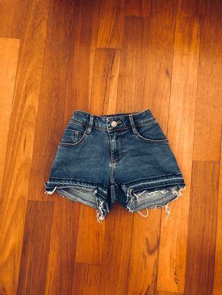zara frayed ripped hem highwaisted denim shorts in dark stone wash ~ hws levi's lee's h&m f21 cotton on factorie bershka topshop pull&bear