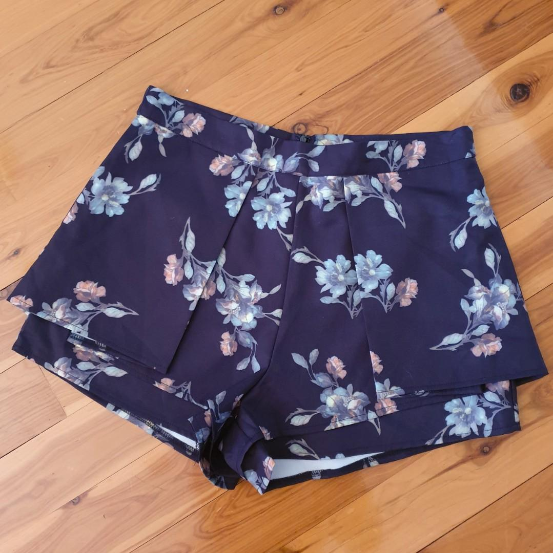 Women's size 12 'SILENCE & NOISE' Stunning floral print navy shorts - BNWT RRP $50