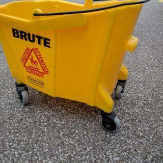Moppe Bucket with Wringer, used, Yellow on wheels - $70 (Etobicoke)