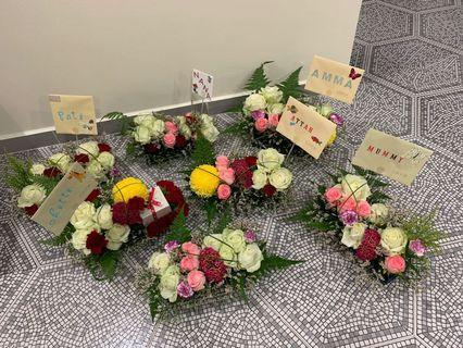 Table mixed flowers arrangement