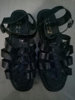 Kotor karena ketumpuk2. Kalau dicuci bagus lagi... (Tinggi heels : 5cm) ukuran : 38