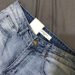 🚚 Assembly Label 緊身牛仔褲