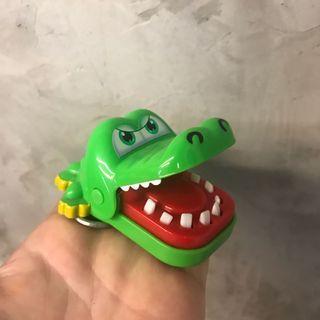 贈送-咬人鱷魚吊飾-按它牙齒手會隨機被夾住 有買就送