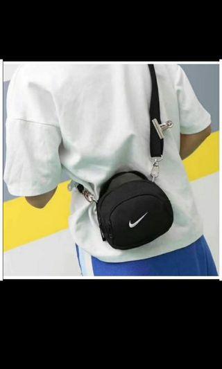 Nike 斜背小包
