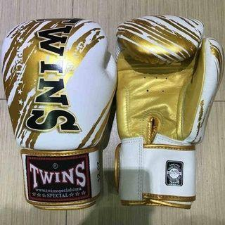 《TWINS SPECIAL BOXING GLOVES FBGV-TW2 WHITE/GOLD》10oz