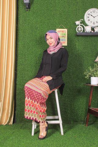 Kebaya dan rok batik