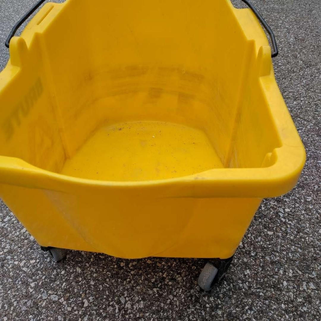 Moppe Bucket with Wringer, used, Yellow on wheels - $70 (Etobicoke)