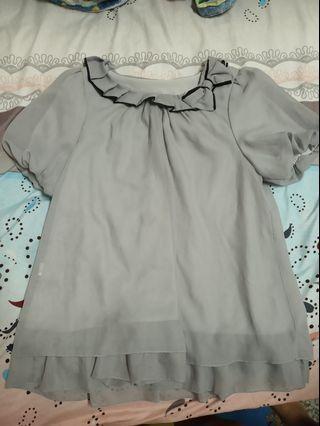 灰色絲質短袖上衣