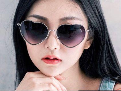 🚚 造型愛心墨鏡 太陽眼鏡(附眼鏡布和眼鏡套)