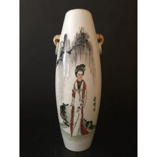 Finely hand-painted Famille Rose porcelain vase - China - second half 20th Century. (Custom made around 1970-80) 七八十年代定烧粉彩瓶