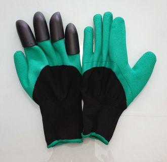 Gardening gloves with plastic claws