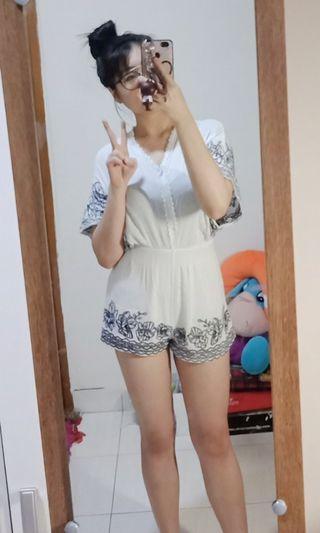 Jumpsuit putih lucu