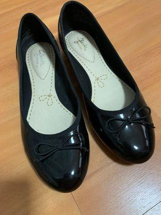 🚚 Brand new Clarks black heels