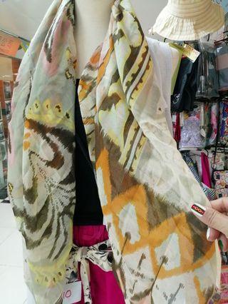 夏天 出入冷氣地方必買  大圍巾全部到香港了 $199 Vip必買...黃埔花園門市有現貨 公司品牌大圍巾scarf特價發售數量有限 $300~2pcs