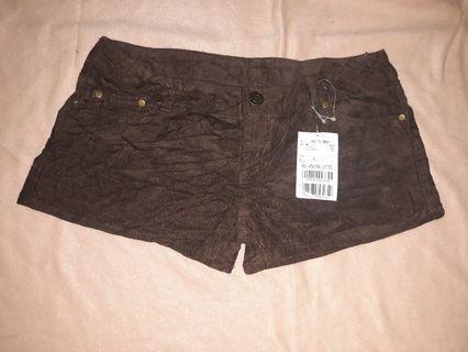 Celana Pendek masih ada tag size L