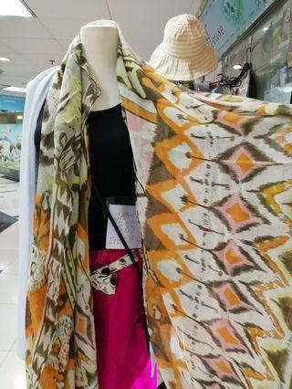 夏天 出入冷氣地方必買 . 大圍巾全部到香港了 $199 Vip必買...黃埔花園門市有現貨 公司品牌大圍巾scarf特價發售數量有限 $300~2pcs