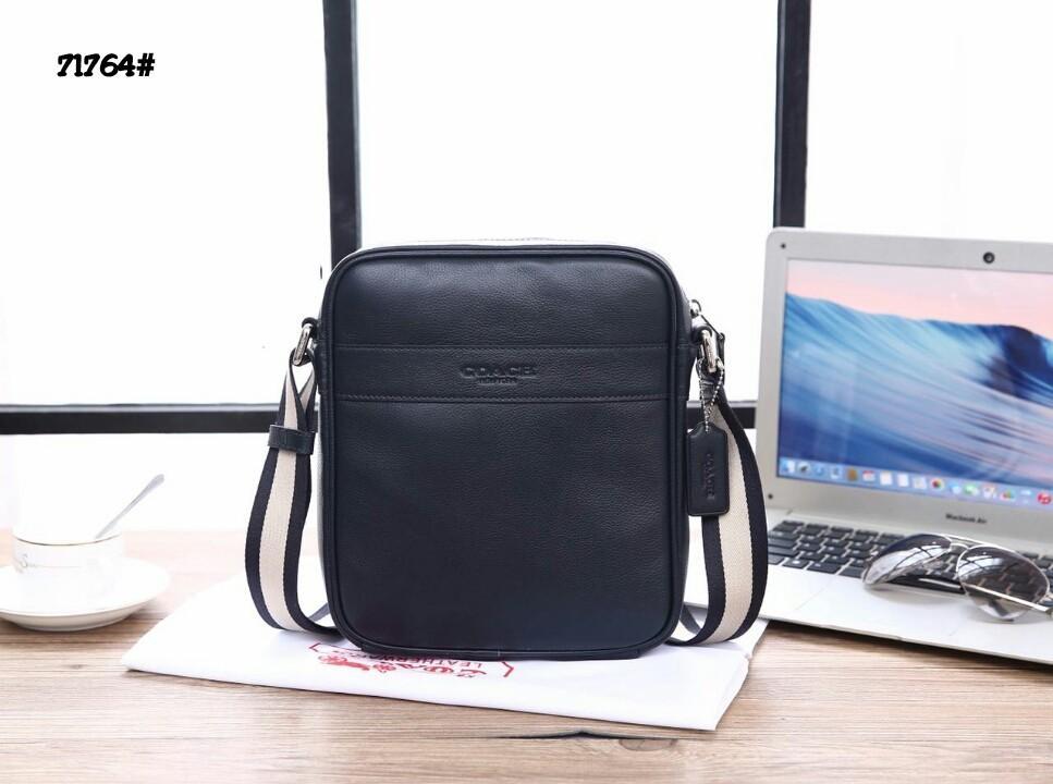 Coach Men's Flight Leather Bag 71764#  H 900rb  Bahan kulit sapi Dalaman kain satin Kwalitas High Premium AAA Tas uk 21x7x26cm Berat 0,9 kg  Warna : -Dark Blue