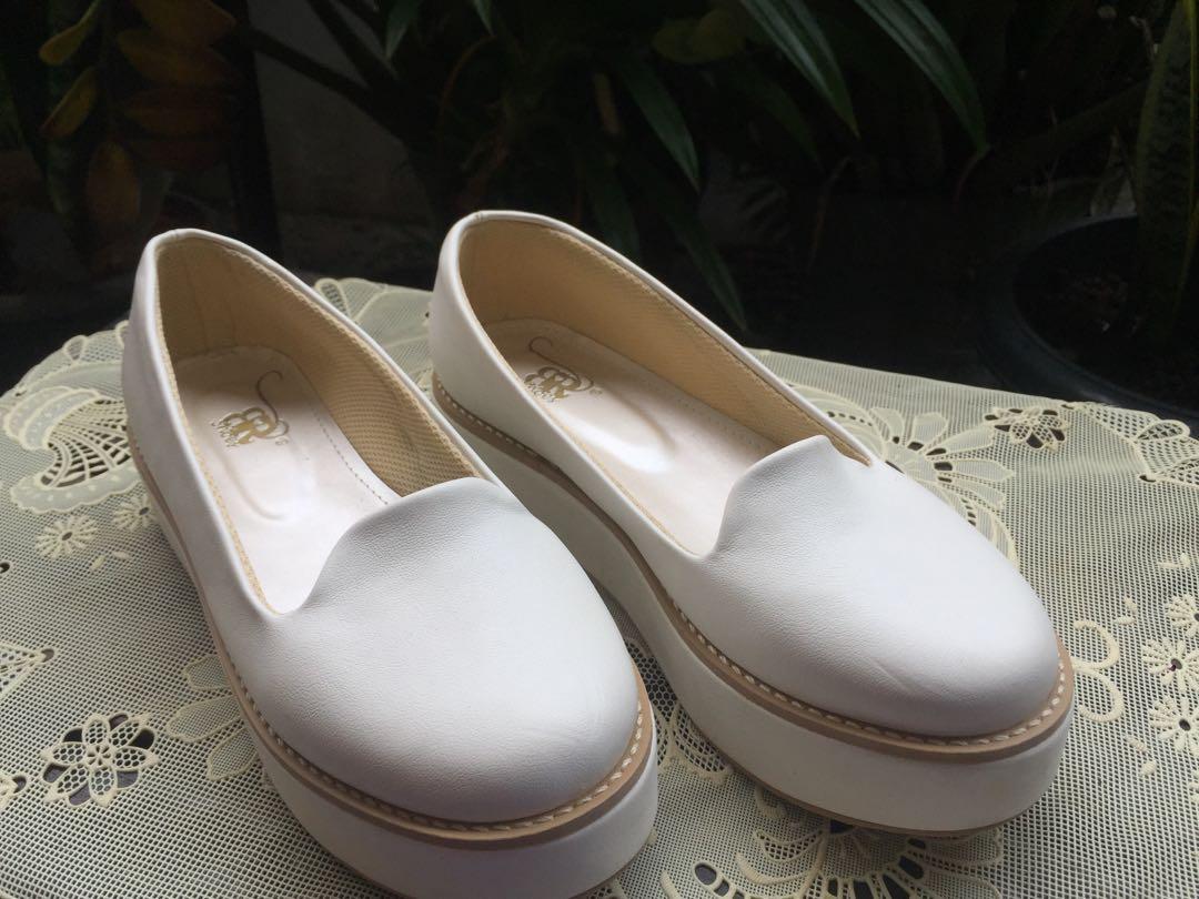 Sepatu putih platform