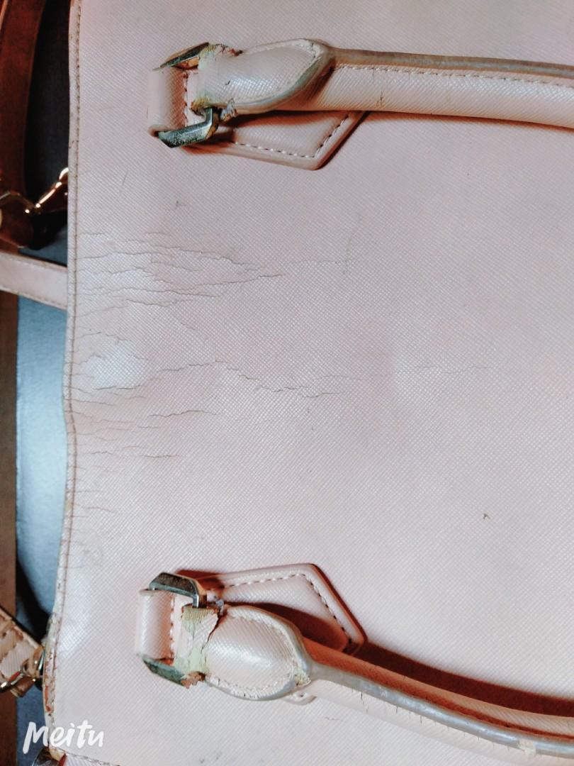 Tas Charles & Keits Original ... Cocok untuk pergi hangout dengan ukuran tas nya yang lumayan besar...