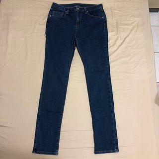 🚚 GU 深藍牛仔褲 窄管牛仔褲