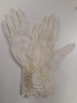 Off-white wedding lace gloves
