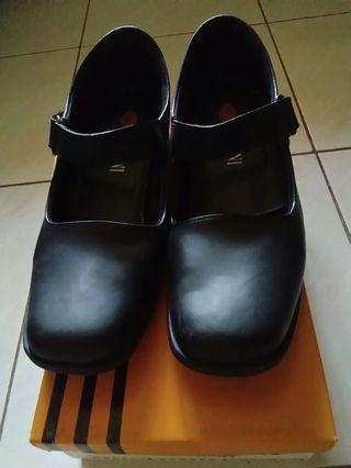 Sepatu Pentofel Bossini Black