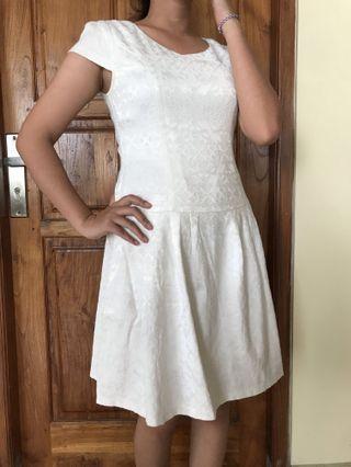 White Dress Love and bravery (selutut)