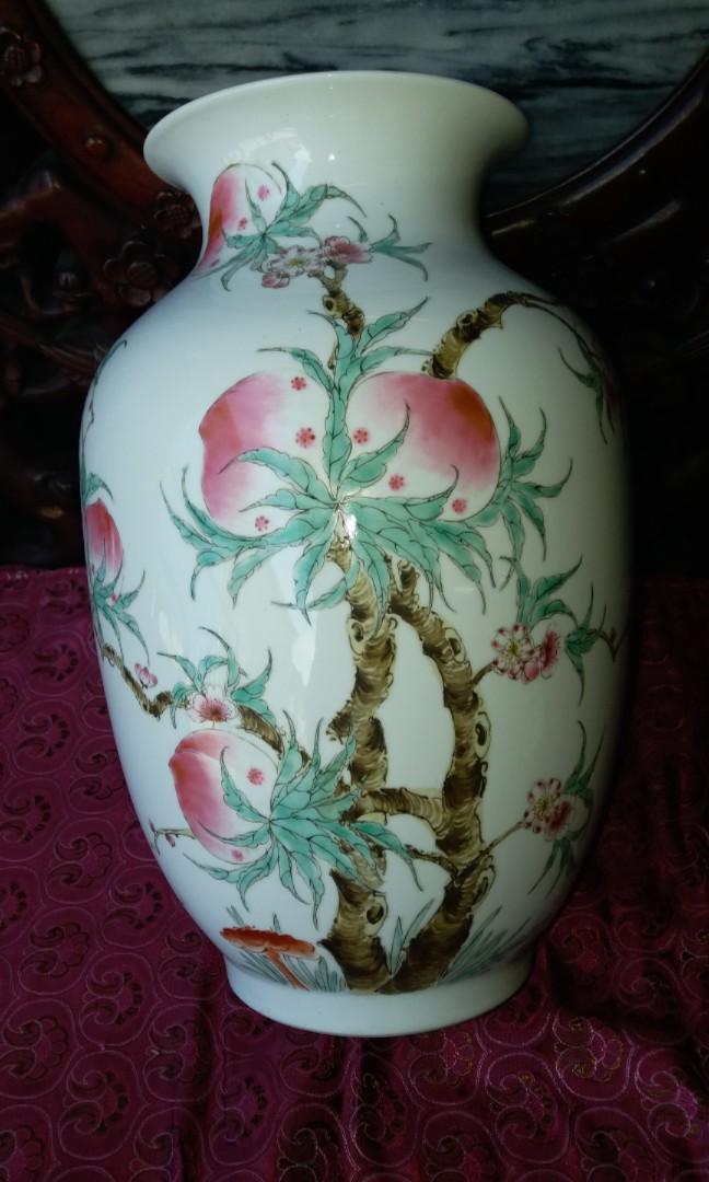 民國景德鎮名家瓷新平軒陶瓷粉彩手繪福鼠蟠桃花樽$1500,畫功精細,直徑24x35cm