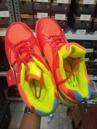 Sepatu  tenis LI-NING