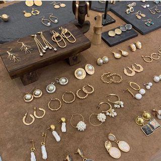 飾品99元,共10樣喜歡zara H&M 風格先完成匯款免費贈送9件 超值福袋 隨機出貨二手商品包括:耳環、項鍊、戒指、裝飾品、別針、美妝、家用品