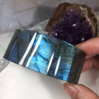 🌐極美天然藍光拉長石手排 保證片片獨特閃光 收藏級少見寬版拉長石手排/光譜石 轉動拉長石 從不同角度可見到豔麗優美的彩光⚛️可收藏等級 每片拉長石都有不同藍彩光暈 美極了