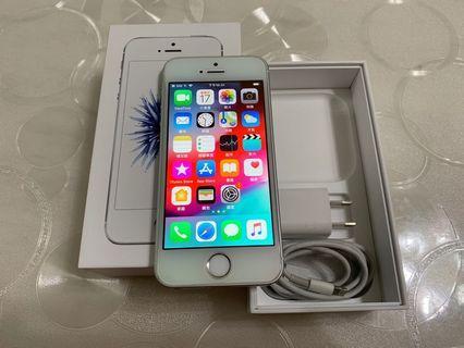 🚚 IPhone SE 銀色 64g  4吋(IOS:12.2) 原盒配件無耳機, 外觀九成九新、漂亮完美無傷、無拆無修無摔無泡水, 所有功能正常順暢。已貼滿版藍光保護貼。 電池健康度🔋86%