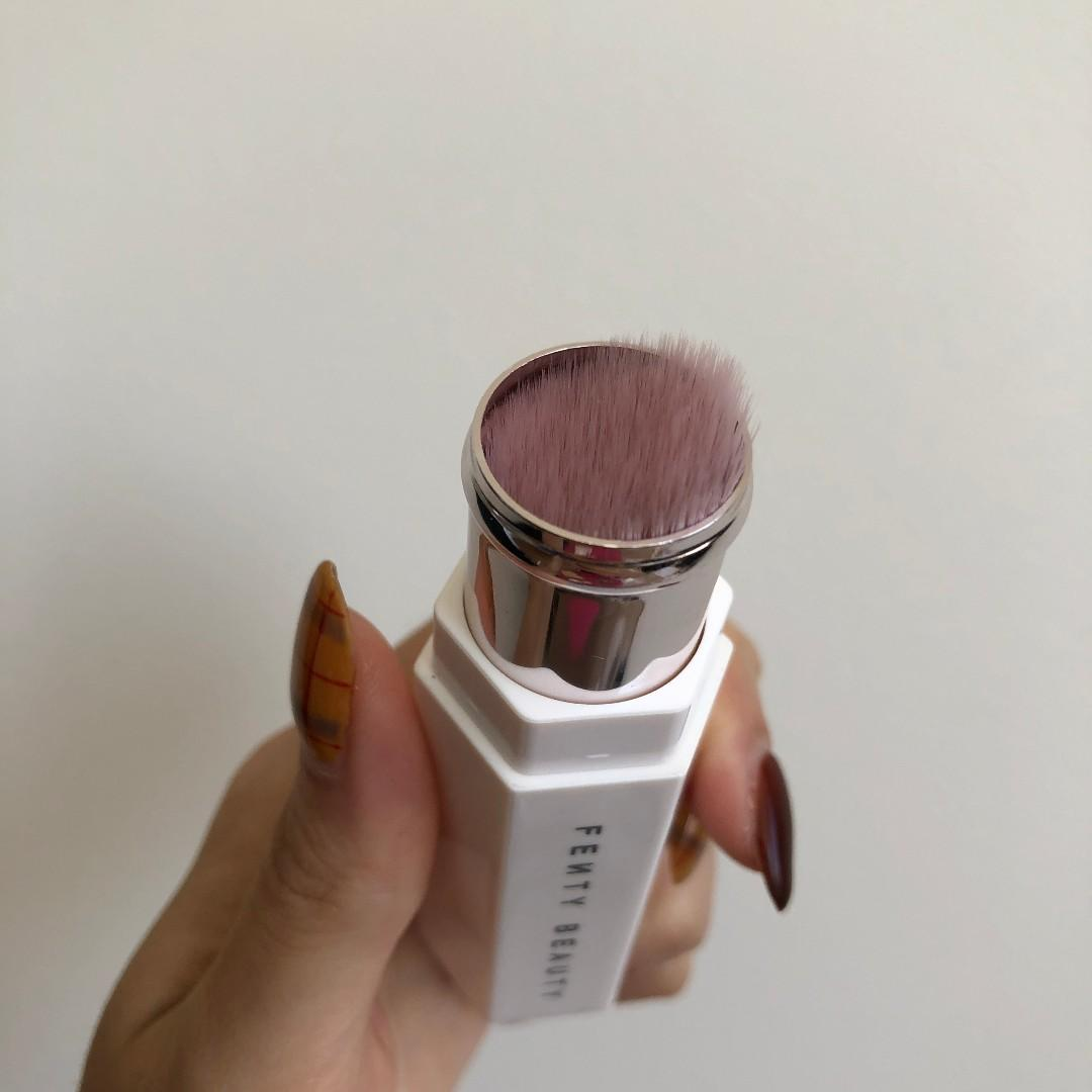 Fenty Beauty Portable Highlighter Brush 140