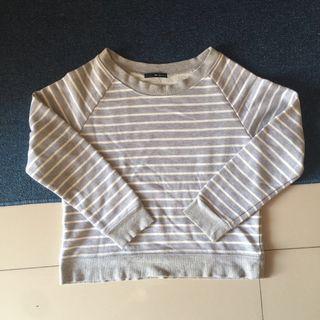 Sweater abu putih garis garis