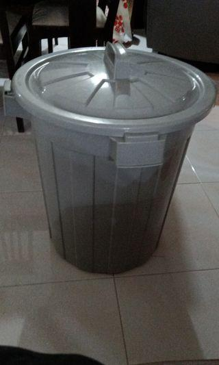 Large pail with lid/cover