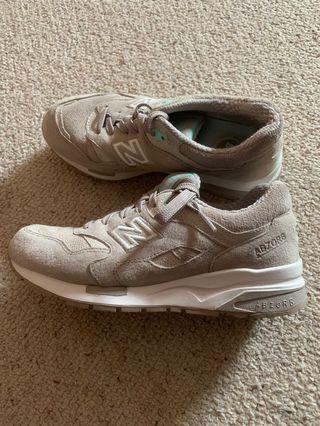 NEW BALANCE SNEAKERS .US7