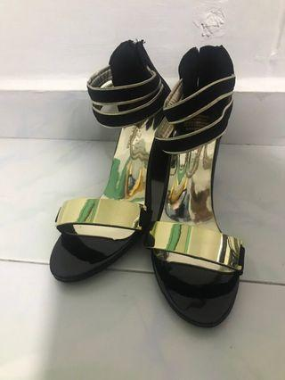 🚚 Brand New heels black and gold