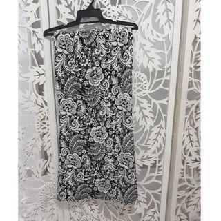 Kain skirt black and white floral