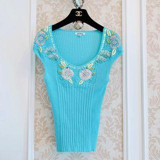 🚚 「保留」專櫃設計師品牌LaiCarFore 水藍色性感大圓領 串珠繡花珍珠亮片刺繡手編織花 彈性直條坑紋針織 合身貼身針織美衫