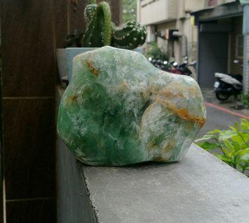 天然蘋果綠冷翡翠綠螢石天然色原礦擺件/把玩件,綠螢石,象徵正財,對從事商業者有利可避官非,化解官非/重約1980公克