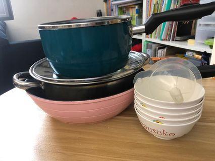 三個煲及五隻膠飯碗