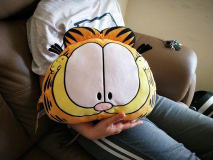 超可愛正版加菲貓午安枕(在湯姆熊夾到的)