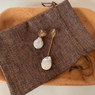 🚚 Asymmetric pearl earrings
