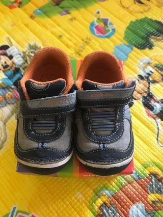 🚚 Stride Rite Mitchell Grey Navy Shoes Size 21.5