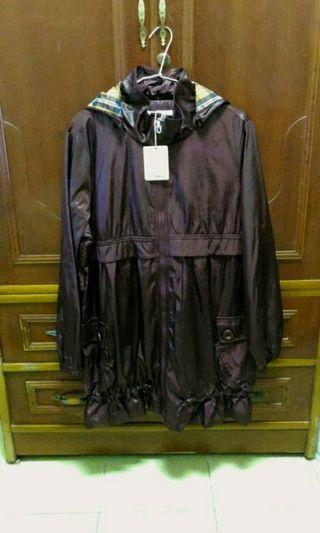 全新暗紫色外套,內裡是現正流行格子布料,外面下襬可收縮為荷花包,中間也可調要圍,類帆布料的,不怕風吹雨打的喔!既好看又能防風雨。