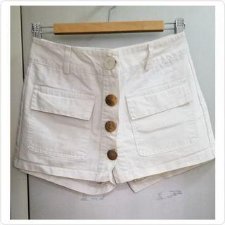 白色金紐半截短裙褲