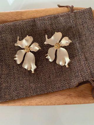 🚚 Gold Floral Earring