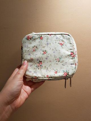 🚚 Cosmetic Pouch